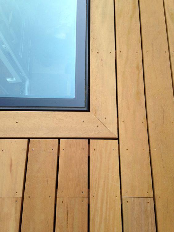 les vitres de sol soient de préférence intégrées le plus à plat dans le sol.