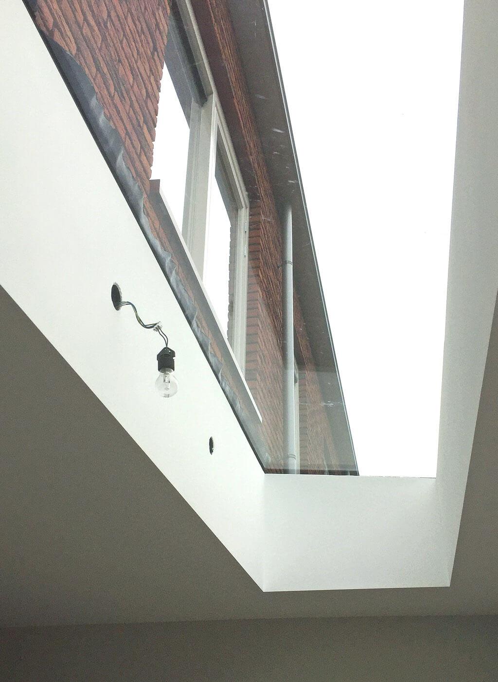 Après l'installation, le cadre est recouvert proprement avec la finition intérieure, pour que l'on ne puisse voir que la vitre : la vue uniquement sur le ciel.