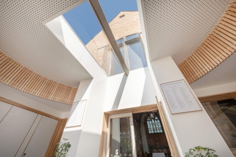 Le projet, avec une belle lumière naturelle, donne le sentiment d'être accueilli et assure le lien entre la nouvelle entrée et l'église historique.