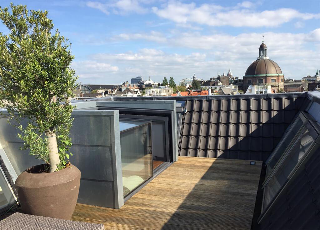 Cette box donne accès à une terrasse sur le toit cachée, le long des canaux d'Amsterdam, dans ce patrimoine mondial unique.