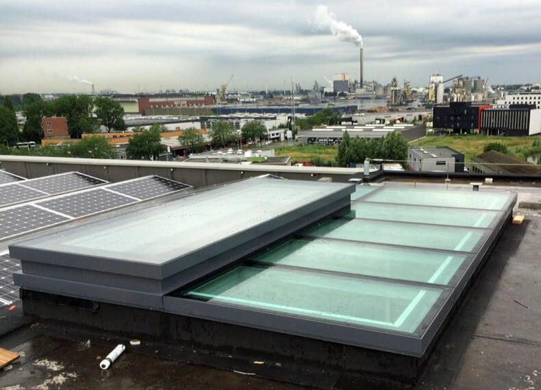 un toit en verre avec vitres de sol et fenêtre de toit électrique